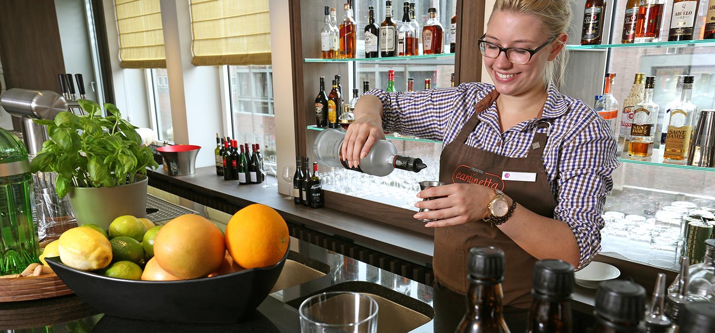 Auszubildende mixt Cocktail, Hotel Ameron Hamburg Speicherstadt, Foto Freye