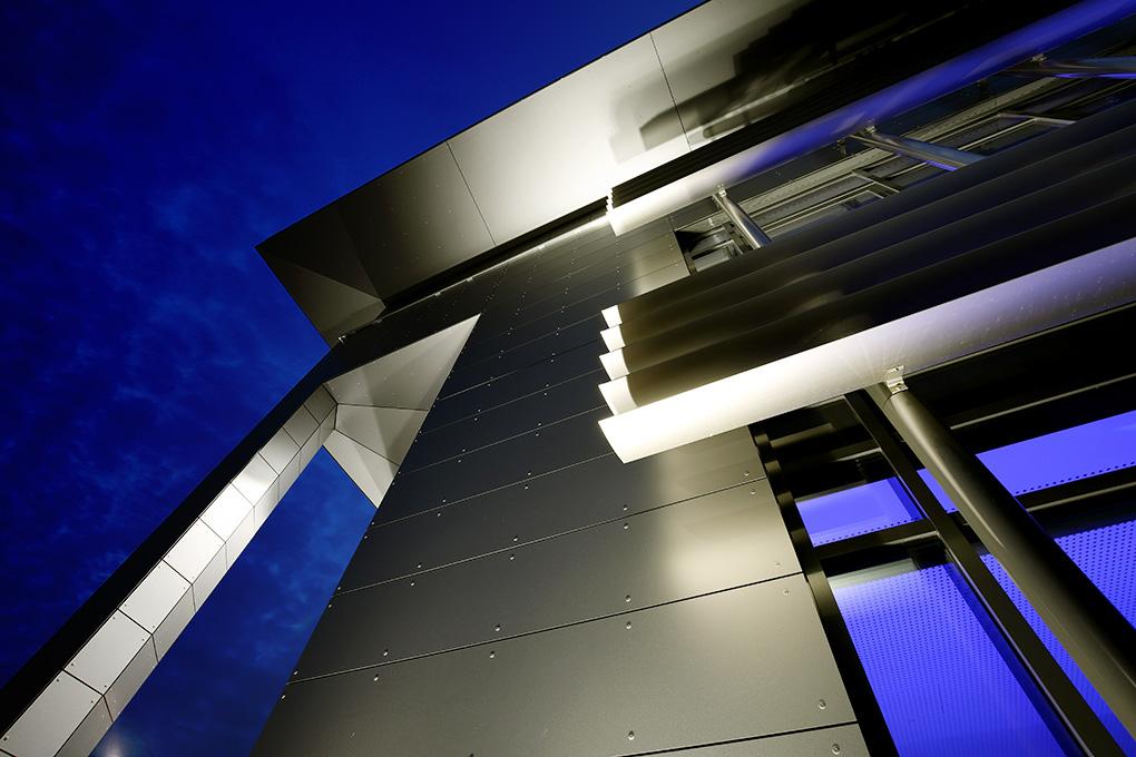 Metalldach bei Nacht beleuchtet, Manfred Freye Fotograf