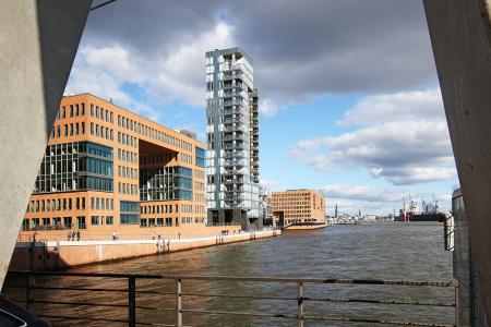 Holzhafen Hamburg durch Betonpfeiler fotografiert Hamburg Architekturfotografie Manfred Freye